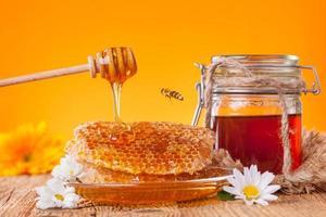 färsk honung med skopa foto