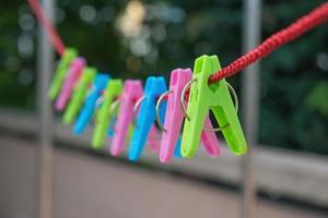 klädnypor som hänger på repet