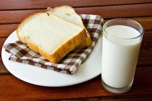 mjölk och bröd foto