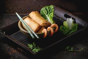 vårrullar med grönsaker och räkor