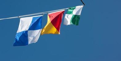färgglada nautiska flaggor foto