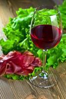 rött vin och skinka foto