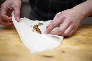 att göra vårrullar, kommersiellt kök foto