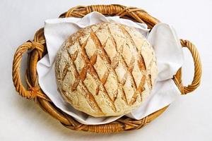 rustikt bröd i bagerikorg foto