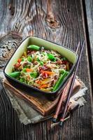 grönsaker med nudlar foto