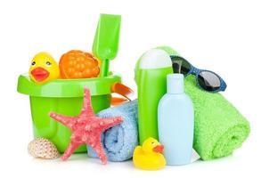 strandleksaker, handdukar och flaskor foto