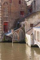 traditionella byggnader och vattenvägar, Brugge, Belgien foto