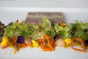 rökt skinkhocka och foie gras terrine med piccalilli. foto