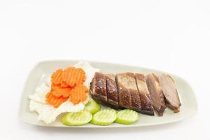 rökt anka serverar med grönsaker på vit bakgrund. foto