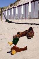 lite grävt på stranden foto