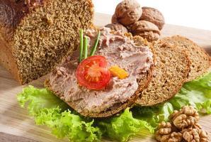 pate på bröd. med tomat och nötter foto