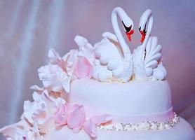 bröllopstårta med svanar foto