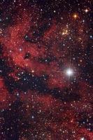 röd nebula gamma cygni i cygnuskonstellationen foto