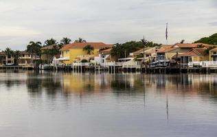 hus i Florida som reflekterar på vatten foto