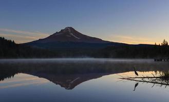 tidigt på morgonen vid sjön