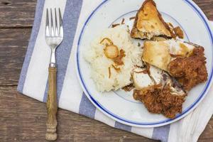 klibbigt ris med stekt kyckling foto