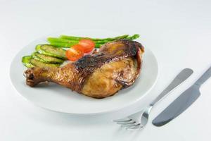 närbild av stekt kyckling och grönsaker foto