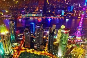 nattvy skyskrapor, stadsbyggnad i Pudong, Shanghai, Kina foto