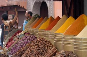 olika kryddor på en kryddmarknad i Marrakech, Marocko foto