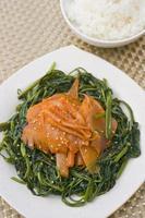 bläckfisk med kinesisk spenat foto