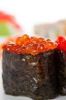 sushi gunkan över vit bakgrund foto