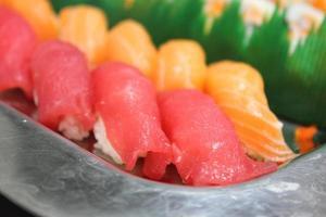 stäng ätpinnarna med japansk sushi. foto
