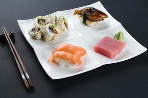 sushi på mörkret foto