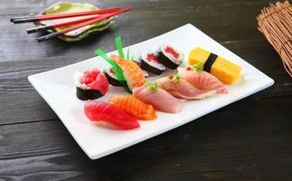 diverse sushi & tonfiskrulle foto