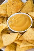 nachos med ostsås foto