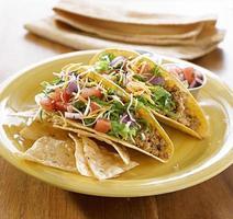 mexikansk mat - två tacos med tortilla på en tallrik foto