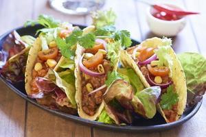 tallrik med taco, sallad och tomatdip