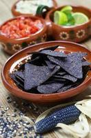 blå majs tortillachips foto