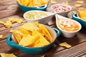 tallrik med nachos med olika dopp foto