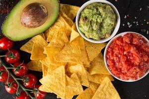 guacamole med bröd och avokado foto