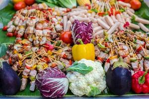 kebab med grönsaker och korv foto