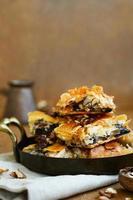 baklava - orientalisk söt med honung, valnöt och russin foto