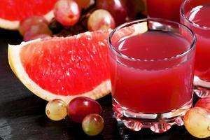 färsk juice av röda druvor och grapefrukt foto