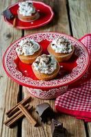 muffins med vispad grädde och choklad foto