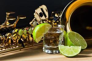 saxofon och tequila med lime foto