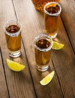 tequila i skottglas med lime och salt