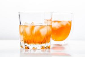 två olika glas whisky foto