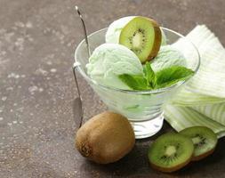 frukt krämig glass med grön kiwi och mynta foto