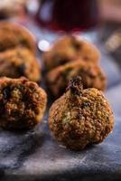 falafels på serveringsbräda foto