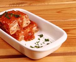 lasagne på maträtt foto