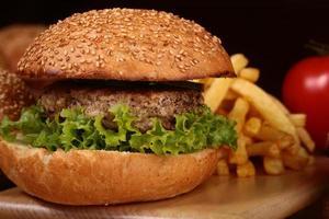 hamburgare med kotlett och chips foto