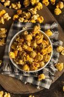 chicago stil karamell och ost popcorn foto