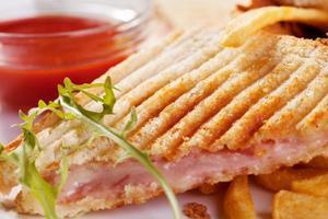 rostade smörgåsar med skinka och ost foto