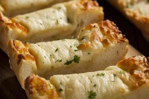 rostat ost och vitlöksbröd foto