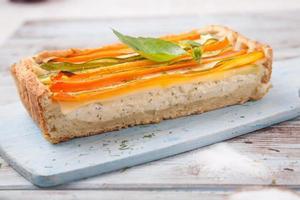 quiche med ost och grönsaker foto
