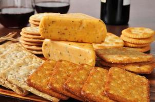 ost och kex med rött vin foto